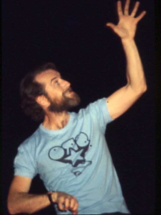 George_Carlin_In_concert_at_the_Zembo_Mosque,_Harrisburg,_Pa